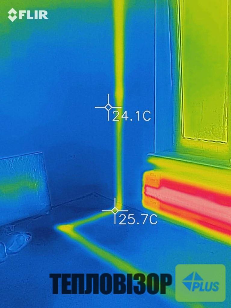 Труби в підлозі та на стіні вигляд тепловізором